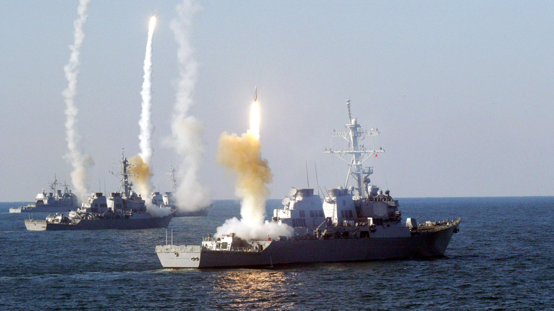 Иран проводит учения в опасной близости от американского авианосца