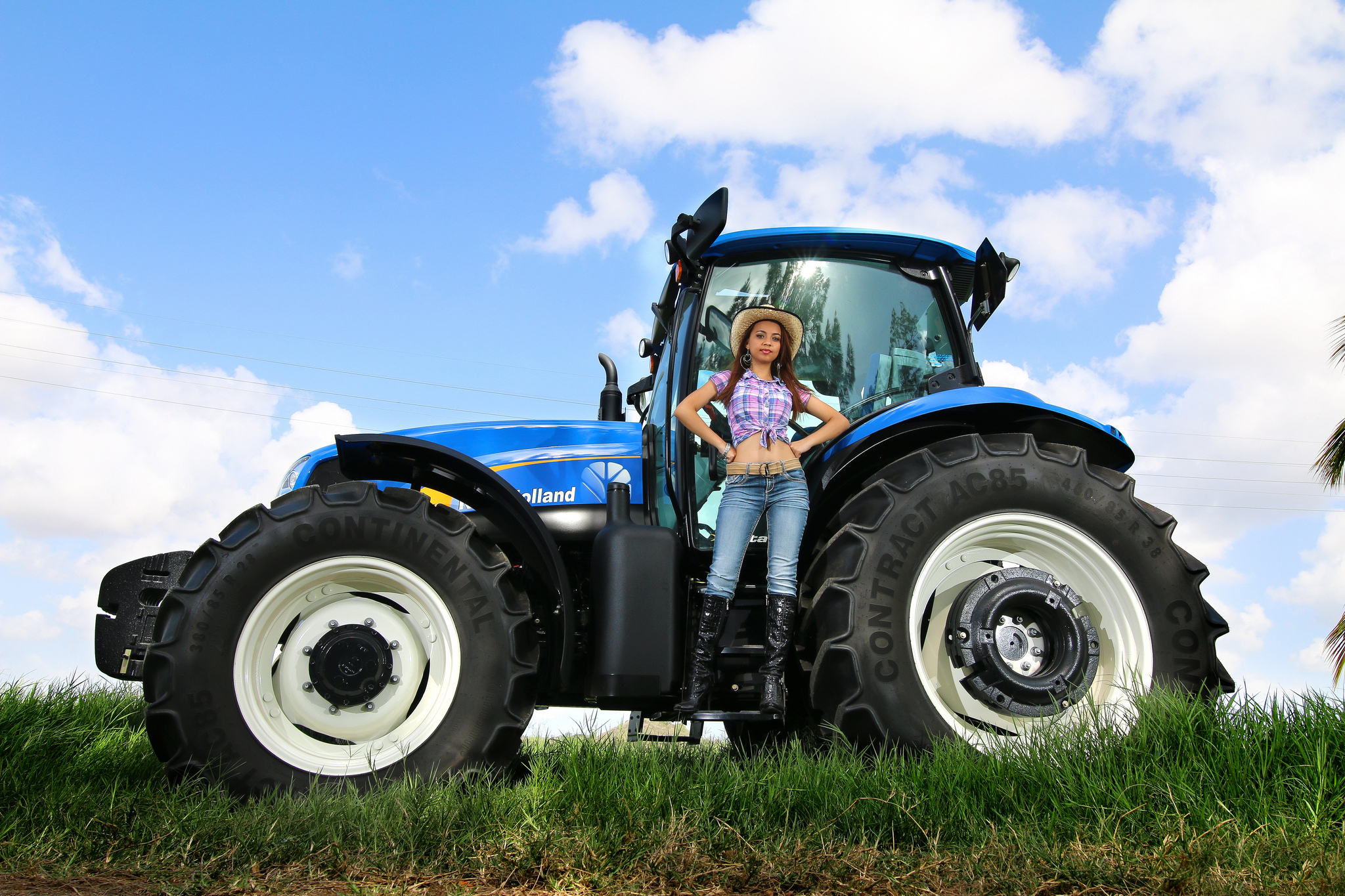 5 new holland tractor hd wallpapers background images wallpaper abyss. Black Bedroom Furniture Sets. Home Design Ideas