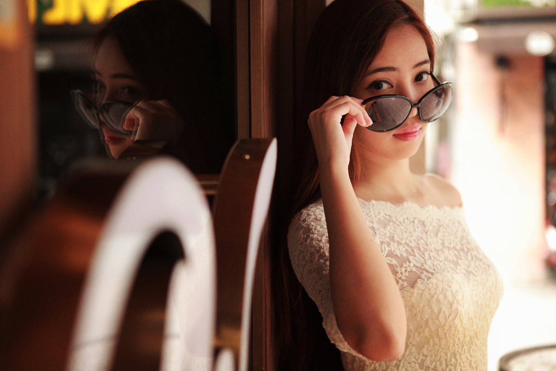 Женщины - Азиатки  Девушка Dress Glasses Отражение Лицо Обои