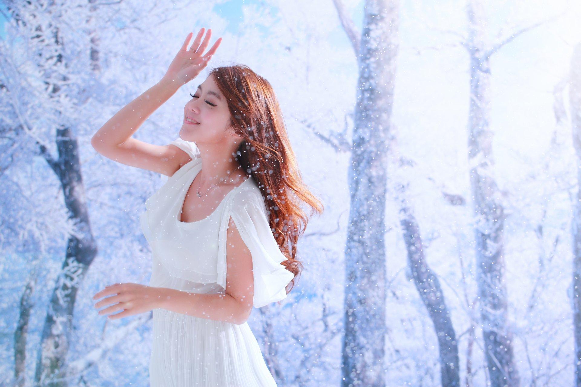Women - Qiān Yòu  Taiwanese Girl Smile Winter Tree Dress Asian Wallpaper