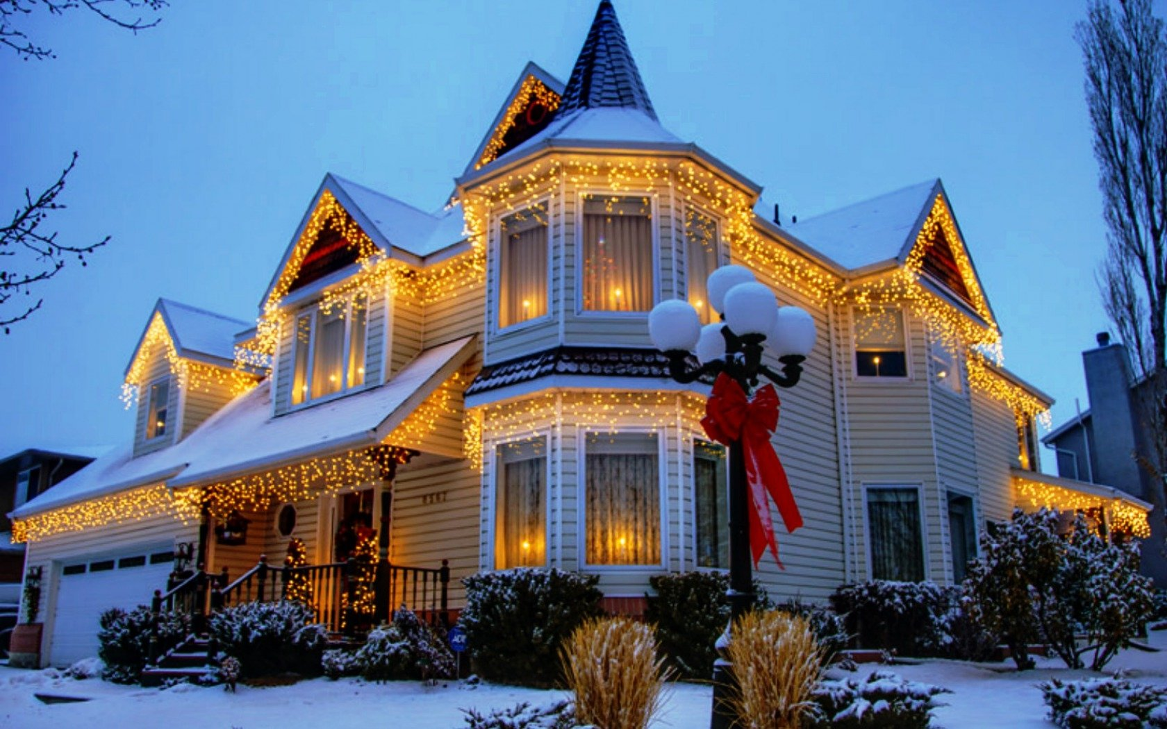 House Decorated For Christmas Wallpaper And Background